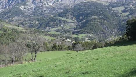 Aldea-De-Francia-En-Los-Alpes-Cerca-De-Barcelonette-Alejar