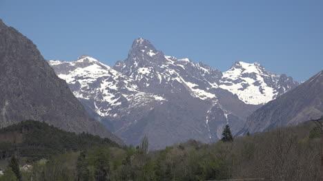 France-Horn-Type-Peak-Near-Gap
