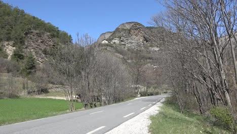 Francia-Casas-E-Iglesia-Sobre-El-Camino-En-El-Valle-De-Ubaye