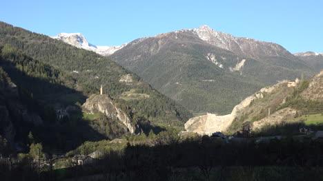 Francia-Vista-A-La-Montaña-Con-La-Torre-De-La-Iglesia