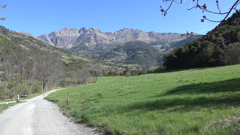 Carretera-De-Francia-Conduce-Hacia-Aldea-Alpina-Cerca-De-Barcelonette