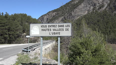 France-Sign-Says-Huates-Vallees-De-L-Ubaye-Zooms-In