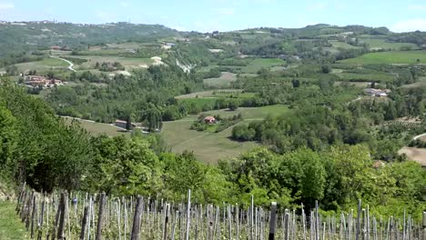 Italy-Langhe-Landscape-Zooms-Out-From-Farmhouse