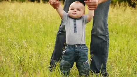 Baby-Boy-Aprende-A-Caminar-Con-El-Padre