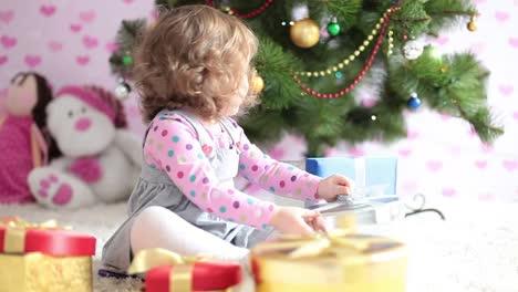 Baby-Bereitet-Weihnachtsgeschenke-Vor-Und-Schaut-In-Die-Kamera