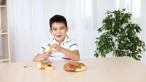 Junge-Isst-Brot-Am-Tisch-Sitzend