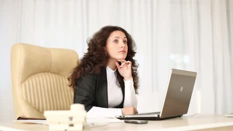 Business-Woman-At-Work-Thought-Dolly-Hd