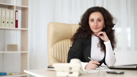 Business-Woman-In-An-Office-Behind-A-Desk-Dolly-Hd