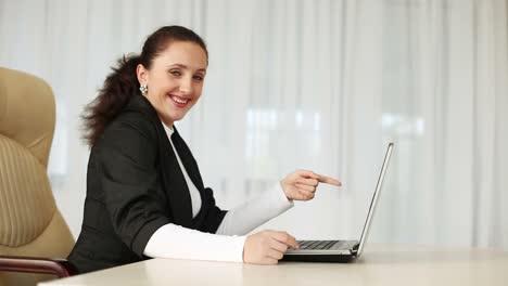 Geschäftsfrau-Lacht-über-Ihre-Konkurrenten-Dolly-Hd