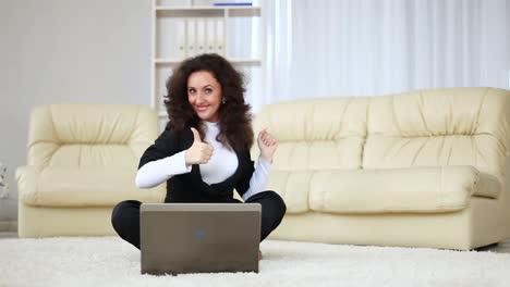 Geschäftsfrau-Hob-Die-Hand-Während-Sie-Am-Laptop-Arbeitete