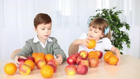 Niños-En-La-Mesa-Con-Fruta