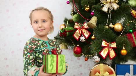 Niña-Elige-Un-Regalo-Debajo-Del-árbol-De-Navidad