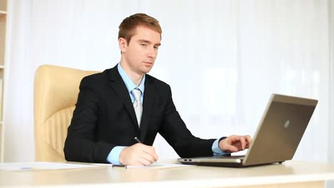 Happy-Businessman-Working-In-An-Office-Looking-At-Camera-Dolly-Hd