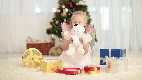 Glückliches-Kind-Bekommt-Einen-Teddybären-Aus-Der-Geschenkbox
