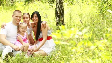 Familia-Feliz-En-El-Parque-Acercar