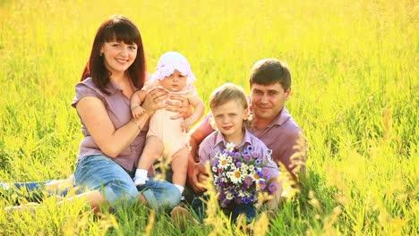 Familia-Feliz-Al-Aire-Libre-Estática