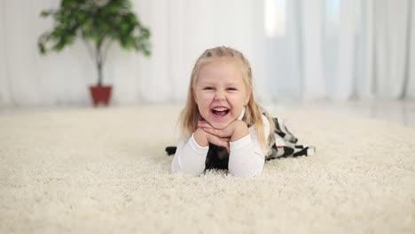 Glückliches-Mädchen-Das-Lacht-Und-Auf-Dem-Boden-Liegt