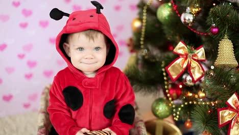 Lachendes-Baby-In-Einem-Korb-In-Der-Nähe-Des-Weihnachtsbaums-Und-Der-Geschenke