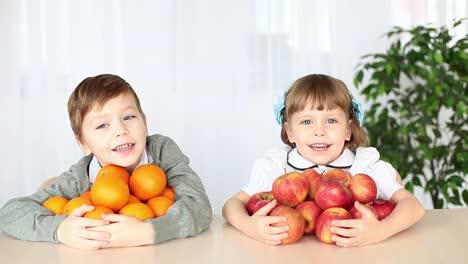 Niños-Riendo-Con-Fruta-En-La-Mesa