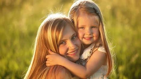 Niña-Rubia-Abrazando-A-Su-Madre
