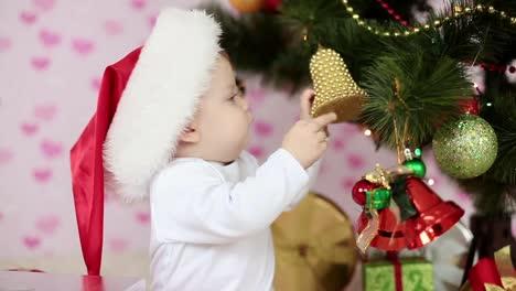 Kleiner-Junge-In-Der-Nähe-Von-Weihnachtsbaum