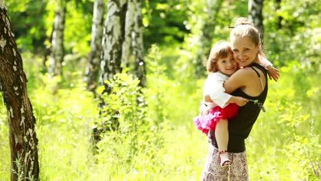 Madre-Y-Bebé-Abrazados-En-El-Parque