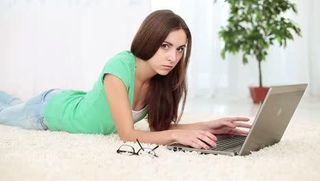 Chica-Infeliz-Con-Laptop-Acostada-En-La-Alfombra-Dolly-Hd