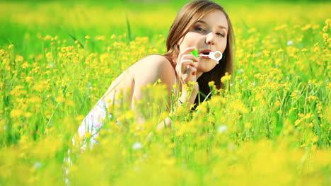 Schöne-Dame-In-Einem-Gelben-Feld-Mit-Blasen