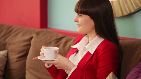 Adulto-Joven-Sentado-En-La-Cafetería-Y-Tomando-Café-Con-Una-Sonrisa