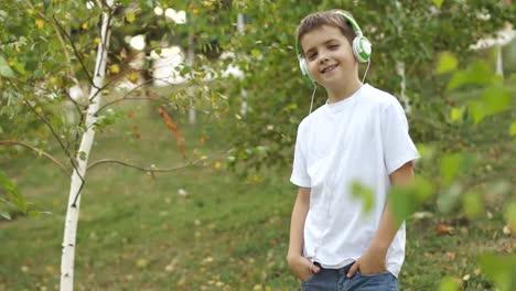 Boy-Listening-To-Música-Outdoors
