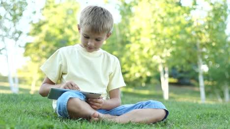 Chico-En-Línea-Usando-Una-Tableta