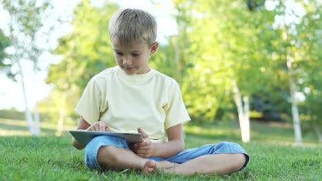 Niño-Usando-Una-Tableta-Al-Aire-Libre