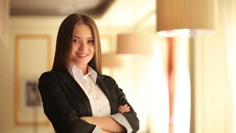 Geschäftsfrau-Die-In-Die-Kamera-Schaut-Und-Lacht