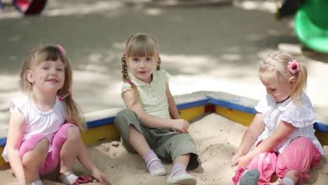 Niños-Niñas-Jugando-En-El-Arenero