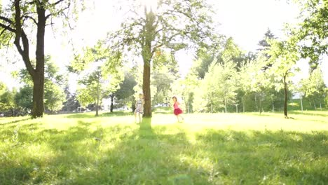 Kinder-Laufen-Auf-Dem-Rasen-Herum-Around