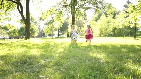 Kinder-Rennen-Zur-Kamera