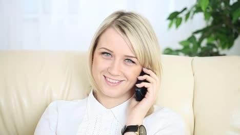 Nahaufnahmeportrait-Junger-Erwachsener-Am-Telefon