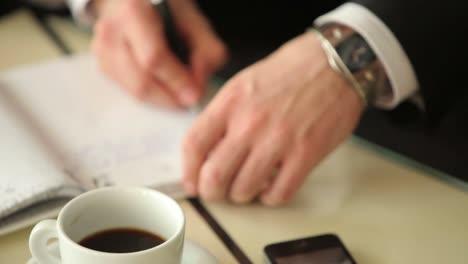 Kaffee-Auf-Dem-Tisch-Und-Typ-Schreibt-Etwas