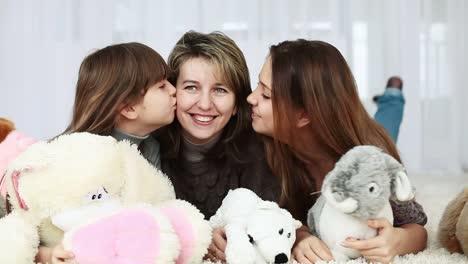Familia-Tumbada-En-El-Suelo-Chicas-Besando-A-Madre