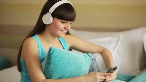 Mädchen-Das-Musik-Hört-Und-Mit-Einem-Lächeln-In-Die-Kamera-Schaut