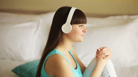Mädchen-Hört-Musik-Und-Denkt-über-Etwas-Nach