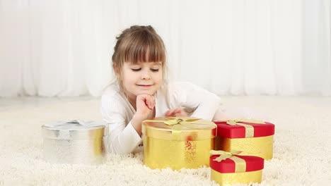 Mädchen-Mit-Geschenken-Auf-Dem-Boden
