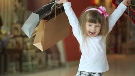 Niña-Feliz-Con-Compras