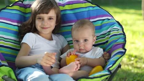 Niños-Felices-Al-Aire-Libre-La-Hermana-Mayor-Besando-A-Hermano-Menor
