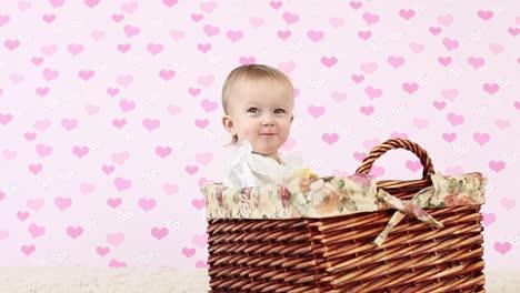 Lachendes-Baby-In-Einem-Weidenkorb