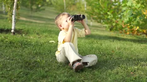 Kleiner-Junge-Mit-Fernglas-Im-Freien-Daumen-Hoch-Ok