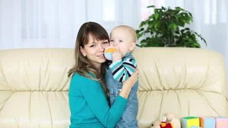 Madre-Jugando-Con-Bebé-En-El-Sofá