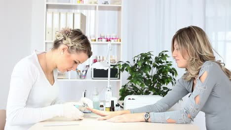 Preparing-Nail-To-French-Manicure
