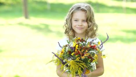 Niña-Preescolar-Con-Flores-Al-Aire-Libre