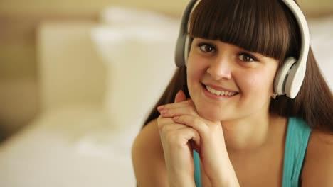 Adolescente-Escuchando-Música-Y-Mirando-A-Otro-Lado-Con-Una-Sonrisa